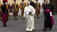 Pope Francis (L) walks with Monsignor Georg Gaenswein (R) to the Paul VI hall for his meeting with South Korean President Park Geun-hye, at the Vatican, October 17, 2014.