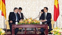 Vietnam's Prime Minister Nguyen Tan Dung (R) receives German Vice Chancellor Sigmar Gabriel in Hanoi