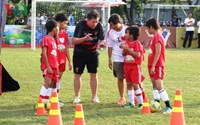Liverpool FC's 'God' shares football tips with Vietnamese kids