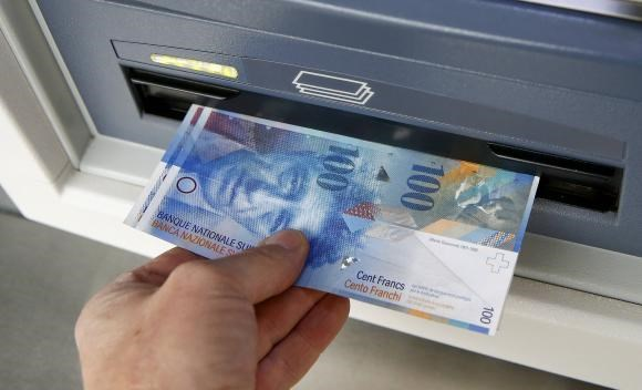 Swiss 100 franc bank notes are withdrawn from an ATM in the northern Swiss town of Kreuzlingen in this picture illustration, January 16, 2015.