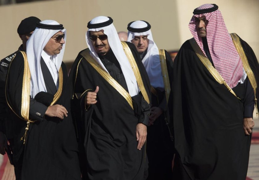 Saudi Arabia's new King Salman (C) speaks with Crown Prince and Interior Minister Mohammed bin Nayef (L) at King Khalid International Airport in Riyadh on January 27, 2015