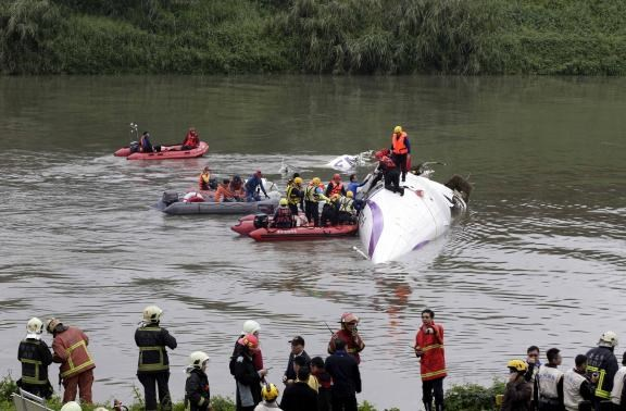TransAsia chief apologizes after plane crashes into Taiwan river