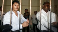 Australian Andrew Chan (L) and Myuran Sukumaran wait in a temporary cell for their appeal hearing in Denpasar District Court in Indonesia's resort island of Bali September 21, 2010.
