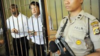 Australian death row prisoners Andrew Chan (C) and Myuran Sukumaran (L) are seen in a holding cell waiting to attend a review hearing in the District Court of Denpasar on the Indonesian island of Bali, in this October 8, 2010 picture taken by Antara Foto