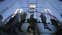 Customers enter the Fifth Avenue Apple store in Manhattan, New York September 19, 2014.