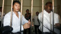 Australians Andrew Chan (L) and Myuran Sukumaran wait in a temporary cell for their appeal hearing in Denpasar District Court in Indonesia's resort island of Bali in this September 21, 2010 file photo