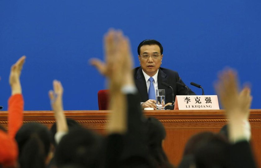 Reporters raise hands during China's Premier Li Keqiang's annual news conference following the closing session of the National People's Congress (NPC), or Parliament, at the Great Hall of the People in Beijing March 15, 2015.