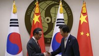 Chinese Foreign Minister Wang Yi (L) shakes hands with his South Korean counterpart Yun Byung-se during their meeting at the Foreign Ministry in Seoul March 21, 2015.