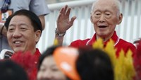 Former prime minister Lee Kuan Yew waves to the audience during Singapore's 49th National Day Parade at the floating platform in Marina Bay August 9, 2014.