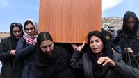 Afghan women carry the coffin of Farkhunda, 27, who was lynched by an angry mob for allegedly burning the Koran, in central Kabul on March 22, 2015