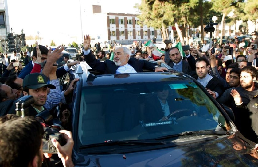 Iranian Foreign Minister Mohammad Javad Zarif (centre) greets people as the nuclear negotiating committee arrive at Mehr Abad Airport in Tehran, on April 3, 2015