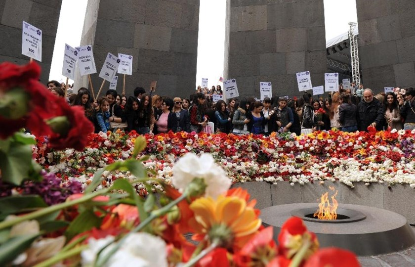 People lay flowers at the Tsitsernakaberd Armenian Genocide Memorial in Yerevan on April 21,2015