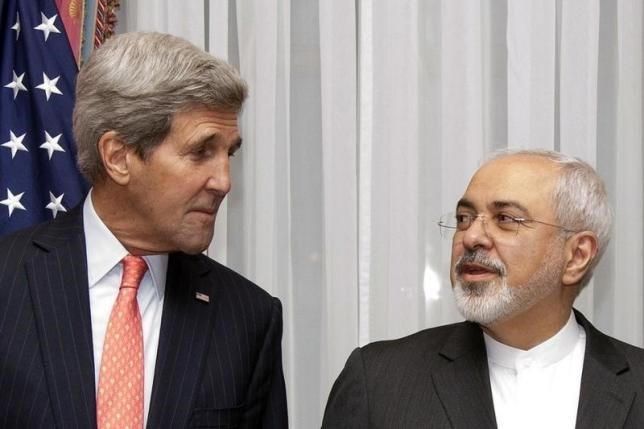 U.S. Secretary of State John Kerry (L) and Iran's Foreign Minister Mohammad Javad Zarif pose for a photograph before resuming talks over Iran's nuclear programme in Lausanne March 16, 2015.