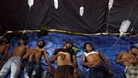 Rohingya and Bangladeshi migrants who arrived in Indonesia by boat receive medical assistance at an aid station in Kuala Langsa in Indonesia's Aceh Province May 15, 2015.