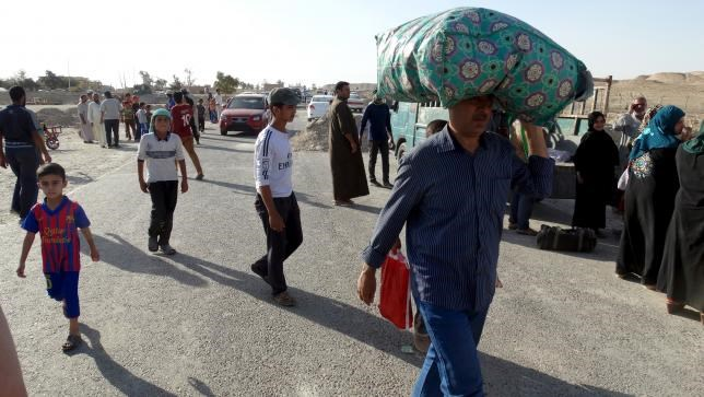Sunni people flee the violence in the city of Ramadi, May 15, 2015.