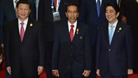 Joko Widodo, Indonesia's president, center, with Xi Jinping, China's president, left, and Shinzo Abe, Japan's prime minister, at the opening of the Asian African Conference in Jakarta.