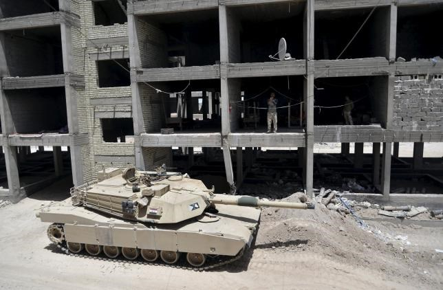 A tank of the Iraqi army is seen on the outskirts of the city of Falluja, Iraq May 19, 2015.