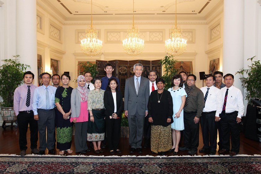 Prime Minister Lee Hsien Loong joins ASEAN journalists for a group photo. Photos courtesy of MCI