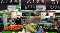 Customers shop for vegetables at a supermarket in Hangzhou, Zhejiang province, June 9, 2015.