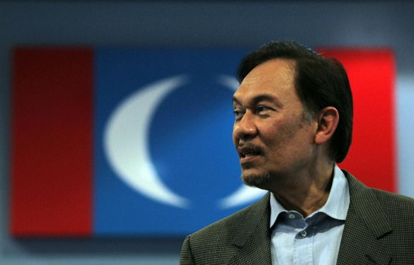 Malaysian opposition leader Anwar Ibrahim visits the Pakatan Rakyat Keadilan (PKR) headquarters for a press conference in Kuala Lumpur on January 3, 2012