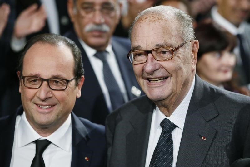 French President Francois Hollande (L) and former French President Jacques Chirac pose before attending the award ceremony for the Prix de la Fondation Chirac at the Quai Branly Museum in Paris November 21, 2014.