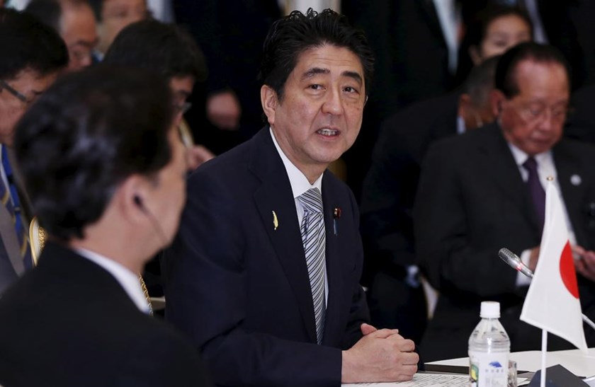 Japan's Prime Minister Shinzo Abe (C) delivers an opening speech as Vietnam's Prime Minister Nguyen Tan Dung (L) and other leaders of Mekong delta nations listen during the Mekong-Japan Summit Meeting at the state guest house in Tokyo, July 4, 2015.