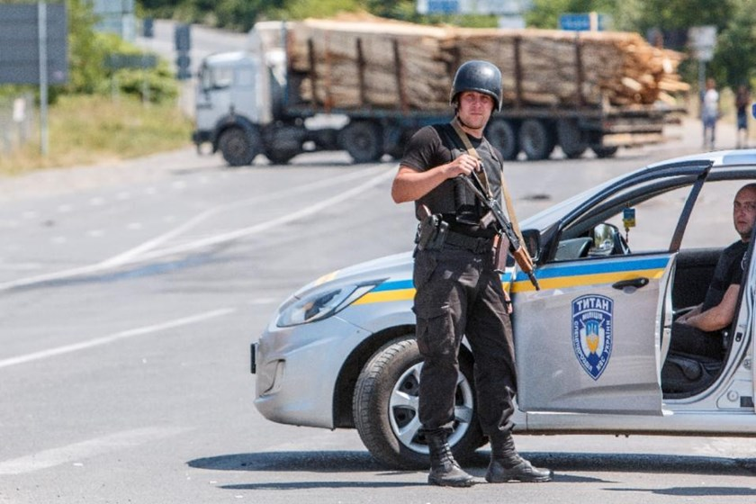 National Guard servicemen man a road block in the village of Lavky, near the small Ukrainian town of Mukacheve, on July 12, 2015. Photo: AFP