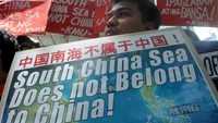 Protesters rally outside the Chinese Consulate in Manila on July 7, 2015, denouncing China's claim to most of the South China Sea including areas claimed by the Philippines