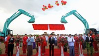 Yoshihiko Isozaki (center), Japanese parliamentary vice minister of economy, trade and industry, at the ribbon-cutting for the Thilawa Special Economic Zone Project in Thilawa, Myanmar, on Nov. 30, 2013. Photographer: Soe Than WIN/AFP