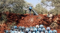Rebel fighters fire home-made mortar rounds towards Syrian regime forces on July 20, 2015, on the outskirts of the Syrian city of Idlib.