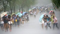 People hold umbrellas in heavy rain as Typhoon Soudelor approaches, in Hangzhou, Zhejiang province, August 7, 2015.