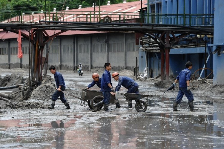 Workers clear mud at Mong Duong coal mine after a flood in the province of Quang Ninh, Vietnam on August 1. Photo: AFP
