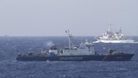 A ship (top) of Chinese Coast Guard is seen near a ship of Vietnam Marine Guard in the South China Sea, about 210 km (130 miles) off shore of Vietnam in this May 14, 2014 file photo.