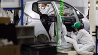Workers on the production line at Honda Motor's plant in Celaya, Mexico, on Feb. 21, 2014. Photo: Bloomberg