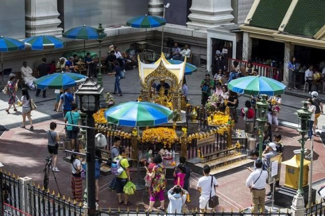 People and tourists gather as they pray at the Erawan shrine, the site of last Monday's deadly blast, in Bangkok, Thailand, August 24, 2015.