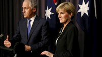 Malcolm Turnbull (L) speaks to the media alongside Australian Foreign Minister Julie Bishop following a a secret party vote which ousted Australian Prime Minister Tony Abbott at Parliament House in Canberra, September 14, 2015.