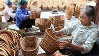 Villagers in Phu Xuyen Dist., Hanoi, make bamboo baskets. Photo: Ba Hoat