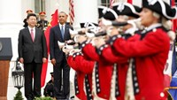 """U.S. President Barack Obama and Chinese President Xi Jinping (L) watch as members of the """"Old Guard"""" fife and drum corps marches by during a welcoming ceremont for the Chinese leader at the White House in Washington September 25, 2015."""