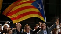 Catalan President Artur Mas (C) stands with ERC's Oriol Junqueras (R) and other politicians as they address Junts Pel Si (Together For Yes) supporters after polls closed in a regional parliamentary election in Barcelona, Spain, September 27, 2015.