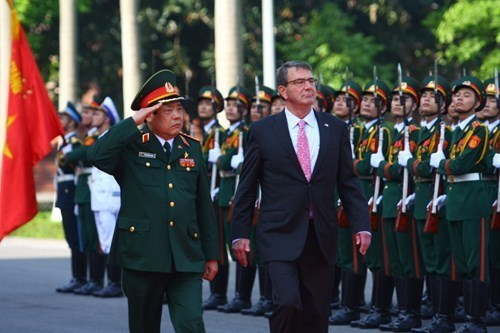 U.S. Defense Secretary Ash Carter and Vietnam's Defense Minister Phung Quang Thanh (L) review the guard of honour during a welcoming ceremony at the Defense Ministry in Hanoi, Vietnam on June 1, 2015. Photo: Reuters)