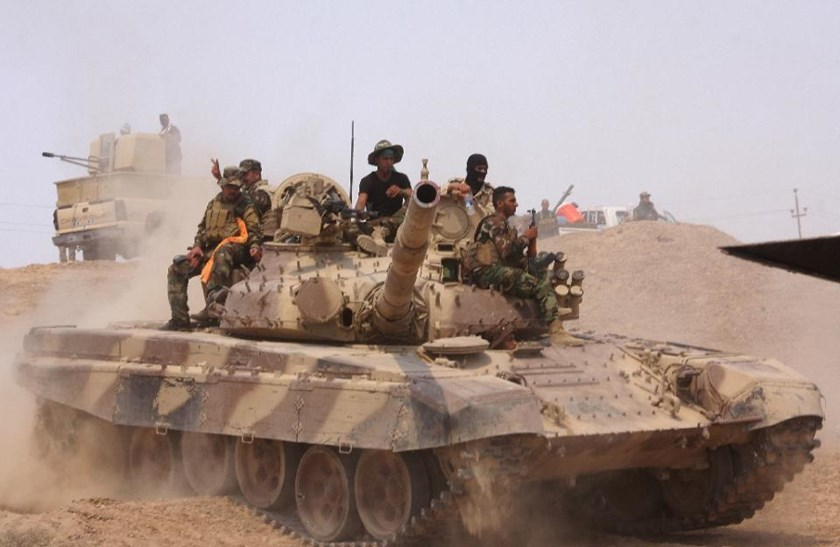 Iraqi security forces and paramilitaries deploy, on May 26, 2015, in al-Nibaie area, north-west of Baghdad, during an operation aimed at cutting off Islamic State jihadists in Anbar province