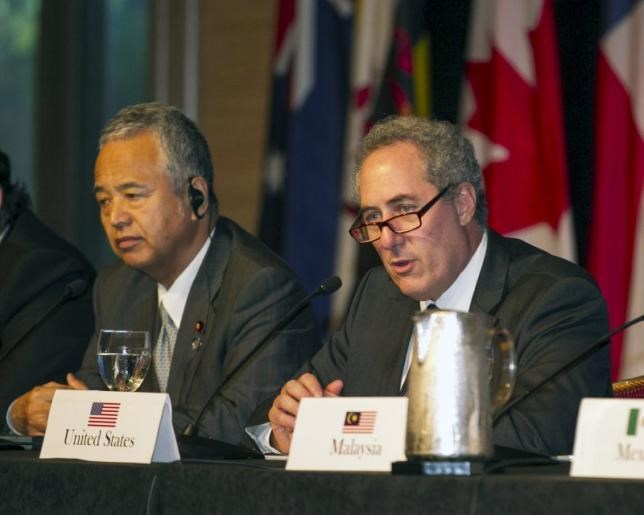 Japanese Economy Minister Akira Amari (L) and US Trade Rep. Michael Froman participate in a press conference in Lahaina, Maui, Hawaii in this July 31, 2015 file photo.