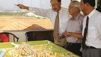 Lawrence S. Ting (L) shows then Prime Minister Vo Van Kiet a model of Phu My Hung. File photo provided by PMH