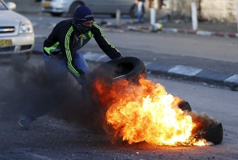 Palestinians clash with Israeli border police during clashes at a checkpoint between Shuafat refugee camp and Jerusalem October 9, 2015.