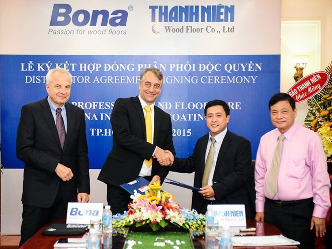 Representatives of Thanh Nien Media Corp, Thanh Nien Investment and Bona AB at the signing ceremony