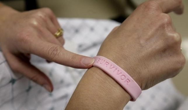 A patient shows off her breast cancer survivor bracelet during a hospital appointment in Washington May 23, 2007