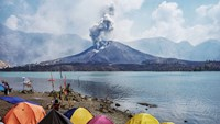 A picture made available on Nov. 4, 2015 shows Mount Rinjani spewing volcanic ash. Source: EPA