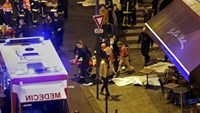 A general view of the scene outside a restaurant following shooting incidents in Paris, France, November 13, 2015. Photo: Reuters