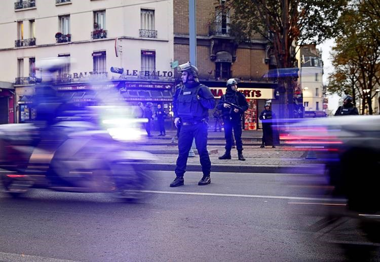 Police stand guard in the Paris suburb of Saint Denis on Nov. 18, 2015. Photo: AFP