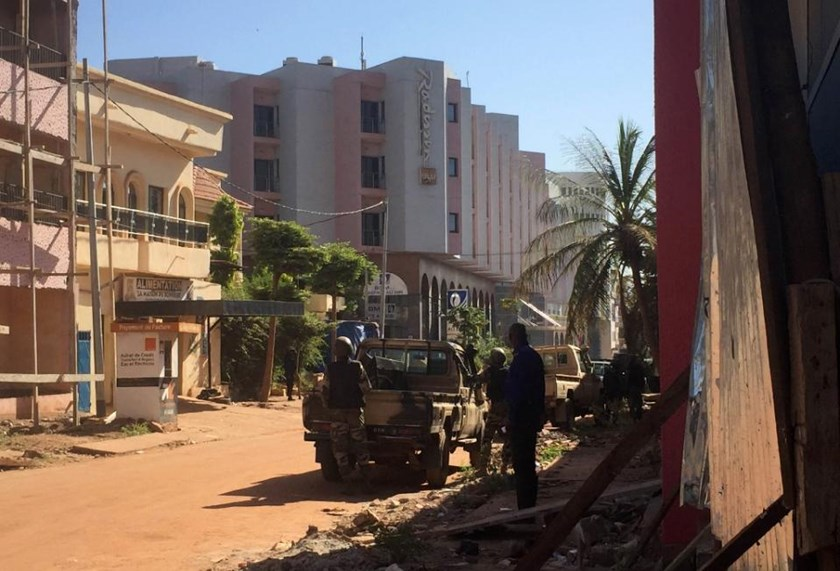 Malian troops take position outside the besieged Radisson Blu hotel in Bamako on November 20, 2015
